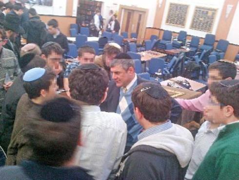 Le rabbin Mizrachim au milieu des lycéens de l'Hasmonean High School