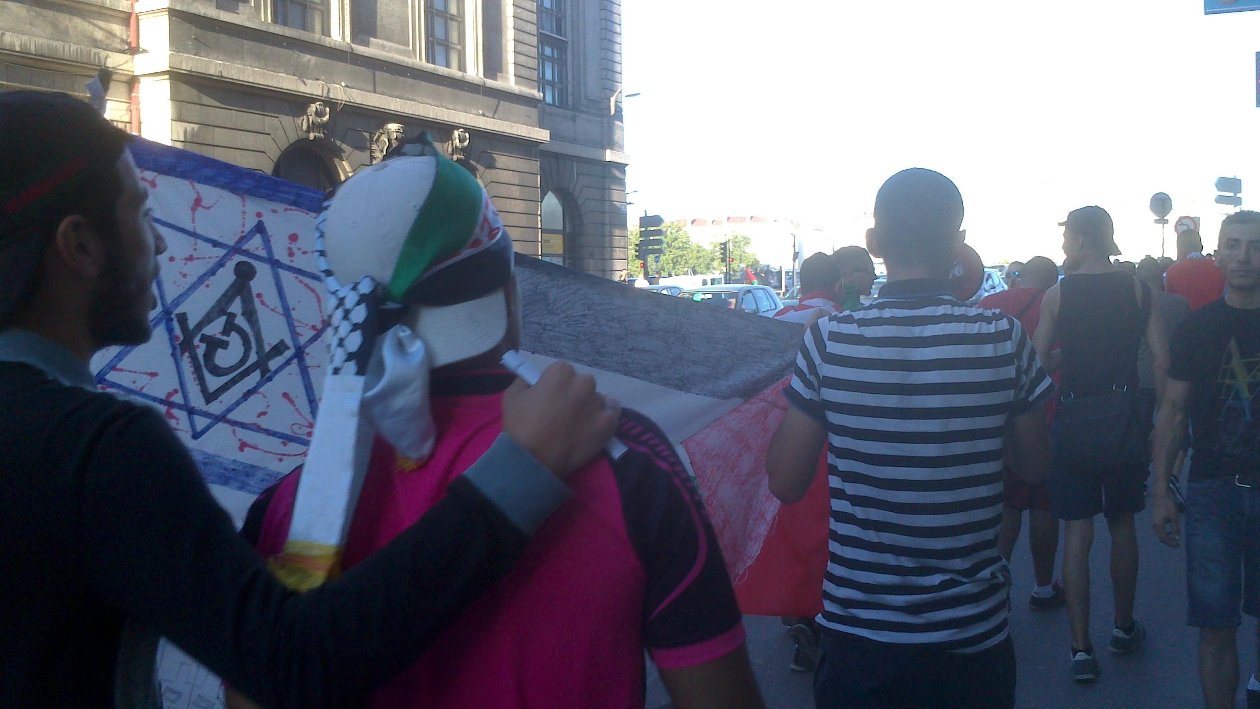 Les jeunes de la manifestation improvisée place Bellecour se dirigent vers le Pont de la Guillotière